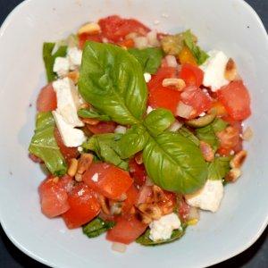 Tomatensalat mit Feta und Pinienkernen